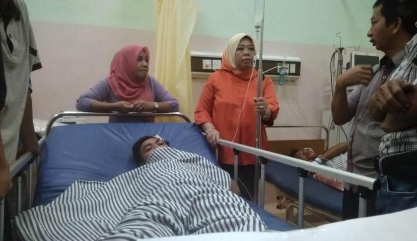 Bupati Kobar Hj Nurhidayah saat membesuk korban laka Bus Yesoe yang dievakuasi ke RSUD Imanuddin, Senin (1/7/2019).