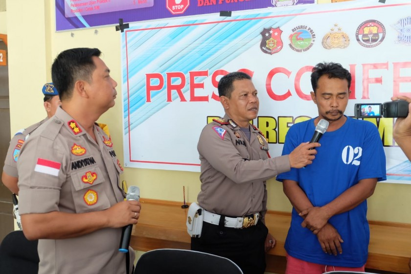 Kapolres Lamandau AKBP Andiyatna saat mengintrogasi sopir bus ketika digelarnya konferensi pers, Selasa (2/7/2019).