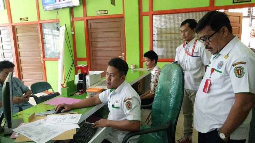 Kadisdukcapil Katingan Bambang Harianto saat mengawas pegawainya bekerja, Selasa (2/7/2019).