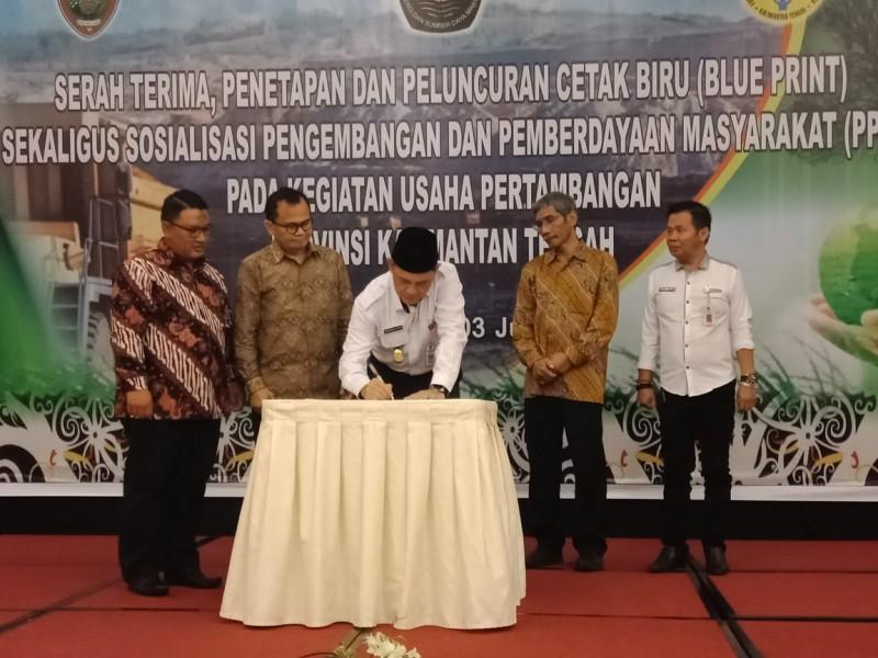 Sekda Kalteng Fahrizal Fitri saat menandatangani serah terima, penetapan dan peluncuran Blue Print, Rabu (3/7/2019).