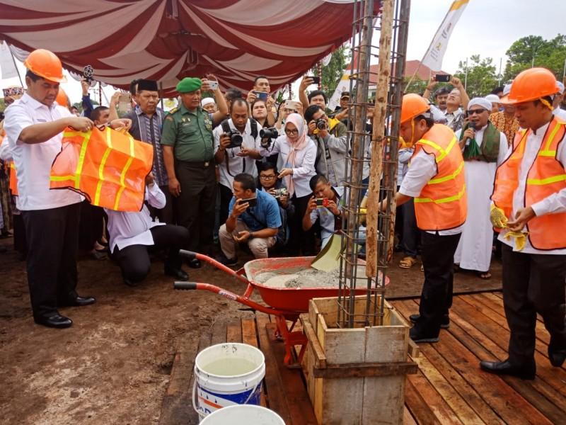 Gubernur Kalteng Sugianto Sabran saat meletakan batu pertama pembangunan TK-SD Hanska Boarding School, Rabu (3/7/2019).