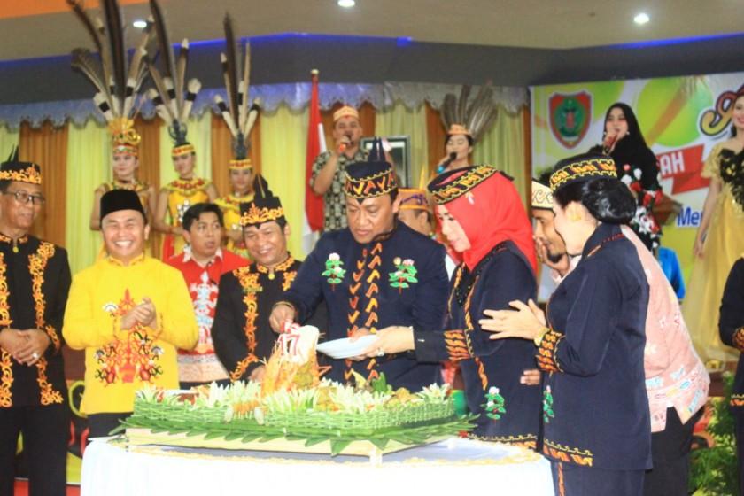 Gubernur Kalimantan Tengah, H Sugianto Sabran (baju kuning) bersama Bupati Pulang Pisau, H Edy Pratowo dan sejumlah pejabat daerah lainnya dalam acara ramah tamah Harjad ke-17 Kabupaten Pulang Pisau di GPU Handep Hapakat, Selasa (2/7/2019).