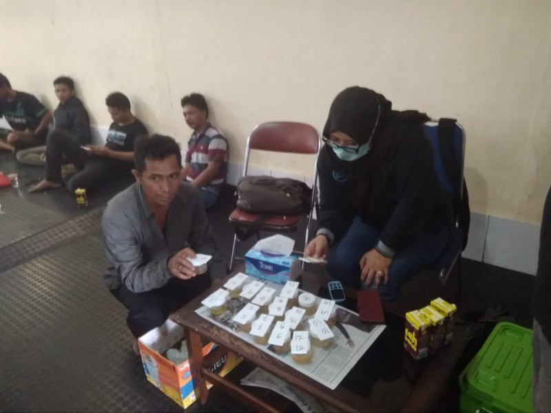 Salah seorang sopir bus saat mengikuti tes urine yang dilaksanakan petugas BNN Kobar, Rabu (3/7/2019).