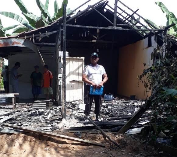 Anggota Polsek Pangkalan Lada saat berada di lokasi menyelidiki penyebab kebakaran rumah, Rabu (3/7/2019).