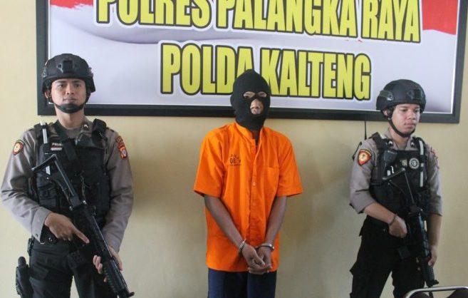 Salah satu pelaku pencurian saat diamankan jajaran Polresta Palangka Raya.