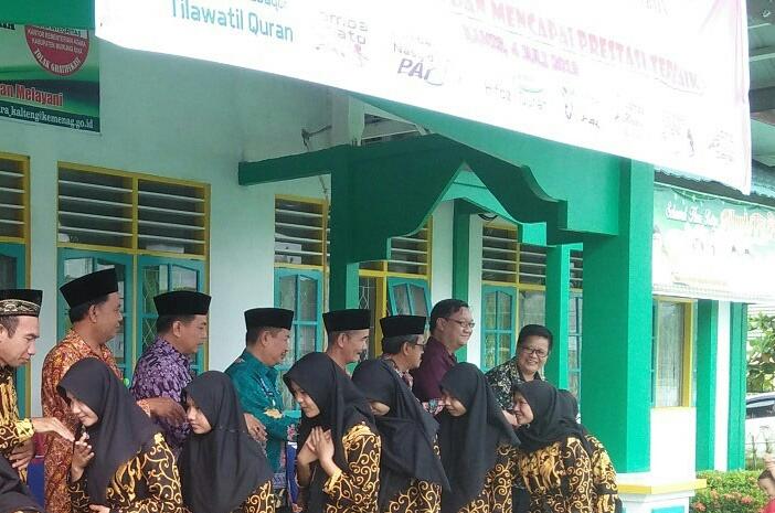Wabup Mura Rejikinoor saat bersalaman ketika melepas peserta kontingen Pentas PAI Mura, Kamis (4/7/2019).