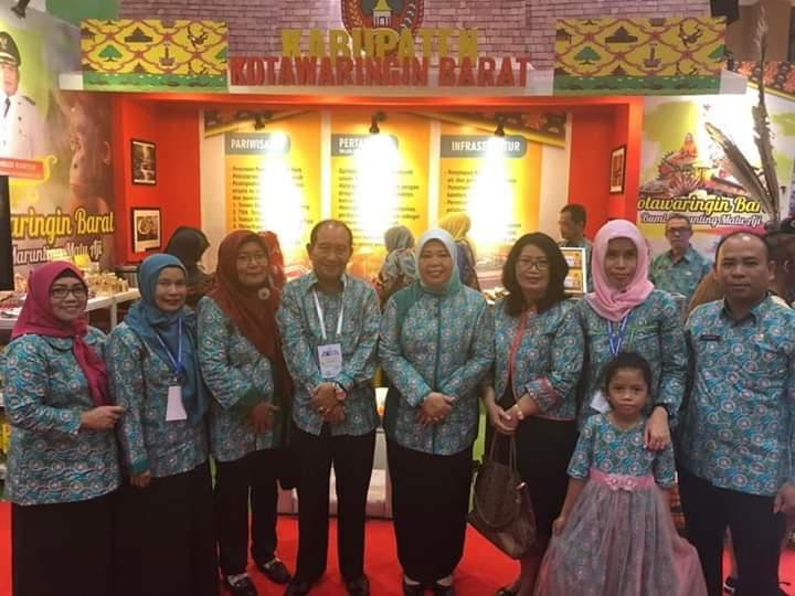 Bupati Kobar Hj Nurhidayah saat poto bersama sejumlah kepala SOPD di stand pemeran Apkasi Expo Jakarta, baru-baru ini.