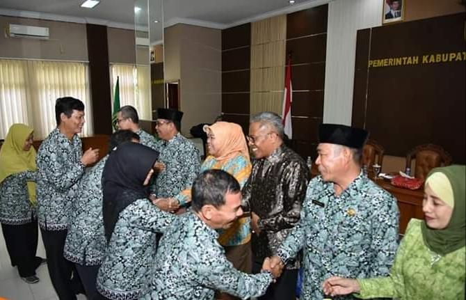 Bupati Kobar Hj Nurhidayah didampingi Sekda Kobar Suyanto dan pejabat lainnya saat melepas rombongan Peda KTNA Kobar Minggu (7/7/2019).