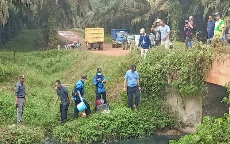 Tim gabungan saat berada di lokasi melakukan penelitian sekaligus mengambil sampel air sungai, Minggu (7/7/2019).