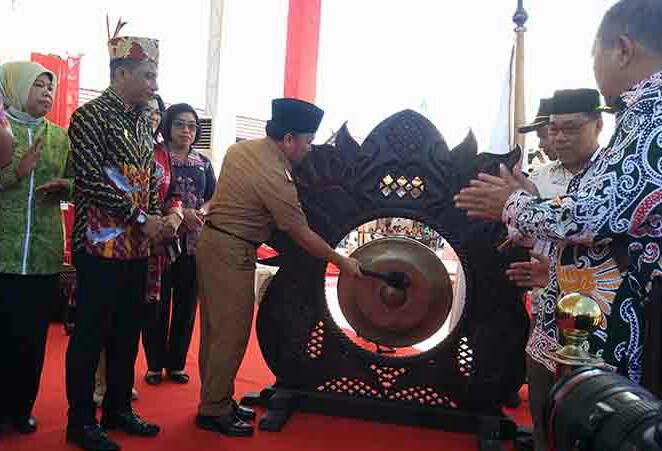 Gubernur Kalteng Sugianto Sabran saat memukul gong tanda resmi dibukanya kegiatan Peda KTNA XII Kalteng, di Desa Eka Bahurui Kotim, Senin (8/7/2019).