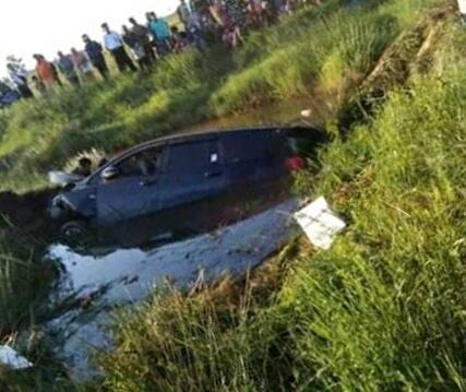 Mobil diduga milik Dishub Kalteng saat berada dilokasi kejadian ramai disaksikan warga seusai kejadian laka tunggal Senin (8/7/2019).