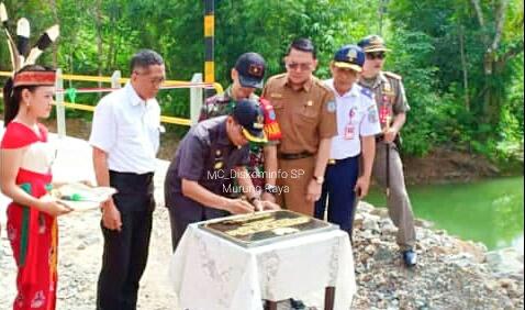 IST Diskominfo Mura - Bupati Mura Perdie M Yoseph saat menandatangani monumen Jembatan Sei Muro ketika meresmikan Selasa (9/7/2019).