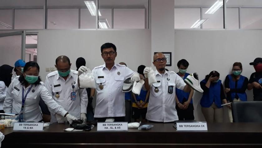 Kepala BNNP Kalteng Brigjend Pol Lilik Heri Setiadi dan jajarannya saat memperlihatkan barbuk 1,6 kg, saat press release di Kantor BNNP Kalteng, Kamis (11/7/2019).
