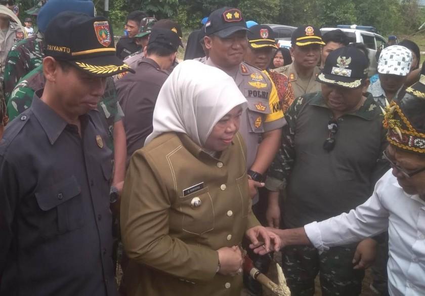 Bupati Kobar Hj Nurhidayah saat mendapat penyambutan adat ketika membuka kegiatan TMMD Kodim 1014 Pangkalan Bun beberapa hari lalu.