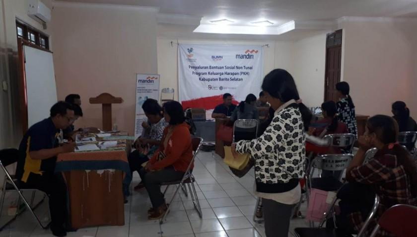 Pegawai Bank Mandiri dan BPMD Barsel saat menyalurkan dana PKH kepada masyarakat Kecamatan Dusel, Senin (15/7).