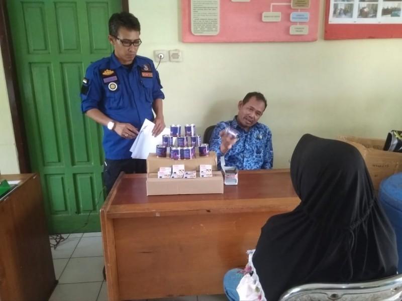 Oknum pedagang sembako saat diamankan di Kantor Satpol PP Kobar, untuk dimintai keterangan Rabu (17/7/2019).