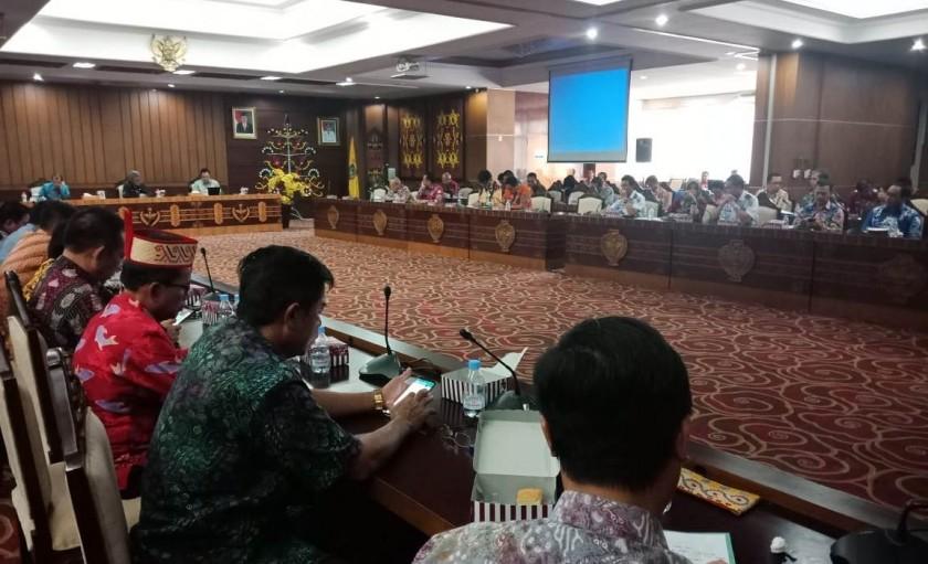 Peserta Rapat Percepatan Pembangunan Infrastruktur dan Kesiapan Kalteng sebagai salah satu Kandidat Calon Ibu Kota Negara serius mengikuti kegiatan, Kamis (18/7/2019).