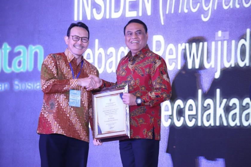 Menpan RB Syafruddin saat menyerahkan penghargaan kepada Direktur Utama BPJS Kesehatan Fachmi Idris di Semarang, Kamis (18/07).