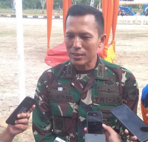 Dandim 1014 Pangkalan Bun sekaligus Ketua Satgas Karhutla Kobar Letkol Inf Roni Sulaeman saat memberikan keterangan kepada awak media, Senin (22/7/2019).