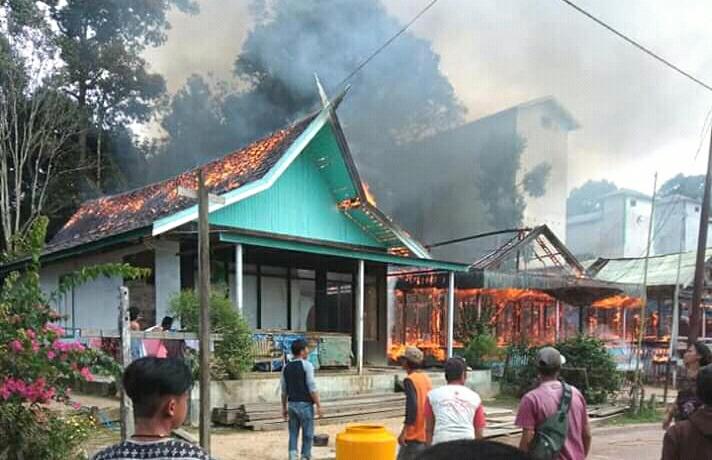 Warga saat melakukan pemadaman api di lokasi kebakaran rumah di Desa Ayawan Senin (23/7/2019).