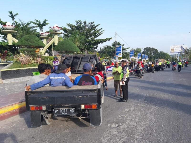 Anggota Satlantas Polres Kobar saat melakukan pemeriksaan terhadap sejumlah kendaraan baik roda dua dan empat saat menggelar razia di Bundaran Pancasila, Kamis (25/7).