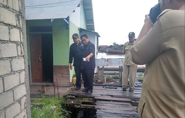 Anggota DPRD Kobar Mustafa Basir saat mengecek kawasan pemukiman belum lama ini.