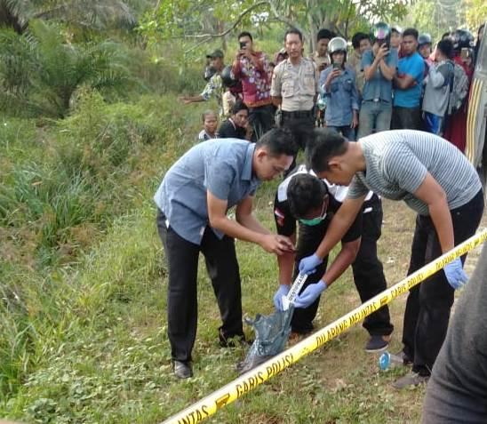 Petugas kepolisian saat melakukan penyelidikan dan identifikasi mayat bayi di lokasi kejadian Kamis (25/7/2019).