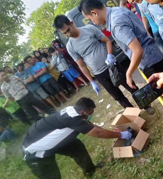 Anggota Inafis Polres Kotim saat mengevakuasi jasad bayi Kamis (26/7/2019).