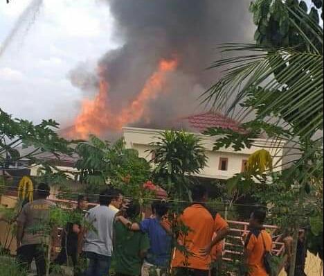 Api saat berkobar membakar rumah permanen milik warga yang berada di Jalan Simpang Kelurahan Palangka Kecamatan Jekan Raya Kota Palangka Raya, Jum'at (26/7/2019).