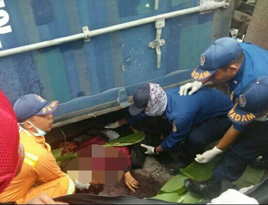 Petugas BPBD Kobar dan Damkar saat mengevakuasi jasad korban seusai kejadian Jumat (26/7/2019).