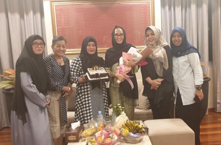 Istri Gubernur Kalteng Yulistra Ivo Sugianto Sabran saat mendapatkan suprise dari anggota TP-PKK Kalteng saat berada di Padang Sumbar, Jumat (26/7).