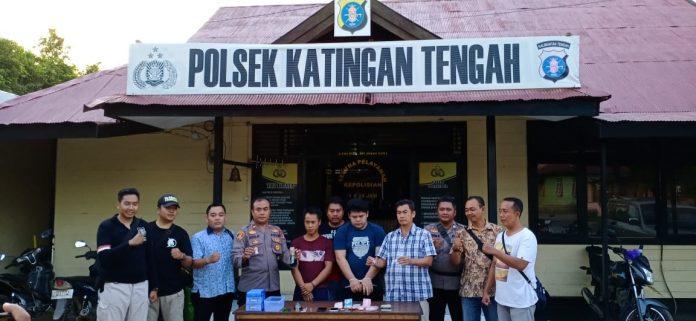 Kedua tersangka saat diamankan di Mapolsek Katingan Tengah, Sabtu (27/7/2019).
