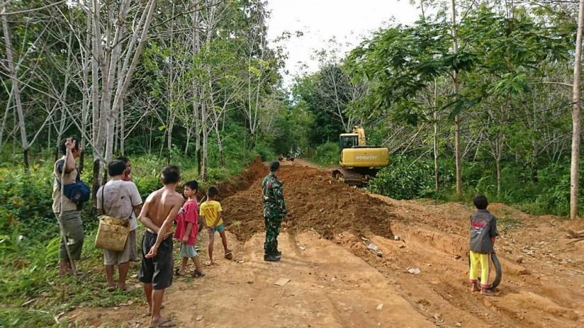 Aparat TNI saat melaksanakan program TMMD di Kelurahan Pangkut Kecamatan Arut Utara.