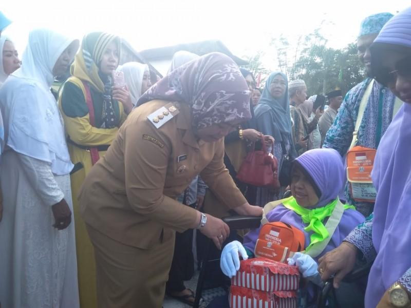 Bupati Kobar Hj Nurhidayah saat menyampaikan berdialog dengan salah seorang JCH saat melepas keberangkatan di halaman Masjid Agung Pangkalan Bun, Senin (29/7/2019).
