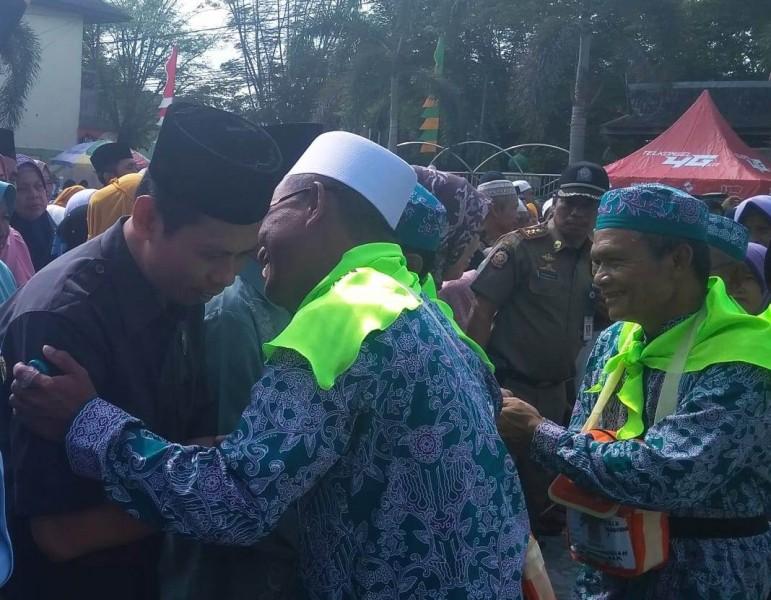 Ketua DPRD Kobar Triyanto saat bersalaman dengan para JCH Kobar ketika turut melepas keberangkatan di halaman Masjid Agung Senin (29/7/2019).