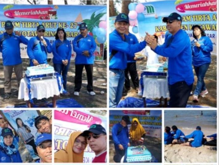 Direktur PDAM Tirta Arut Sapriansyah dan karyawannya saat merayakan hari jadi ke 27 PDAM Tirta Arut di Pantai Teluk Bogam Minggu (18/7/2019).