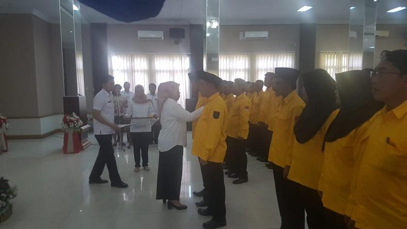 Bupati Kobar Hj Nurhidayah saat mengukuhkan Pengurus DPC APDESI Kobar, Rabu (31/7/2019).