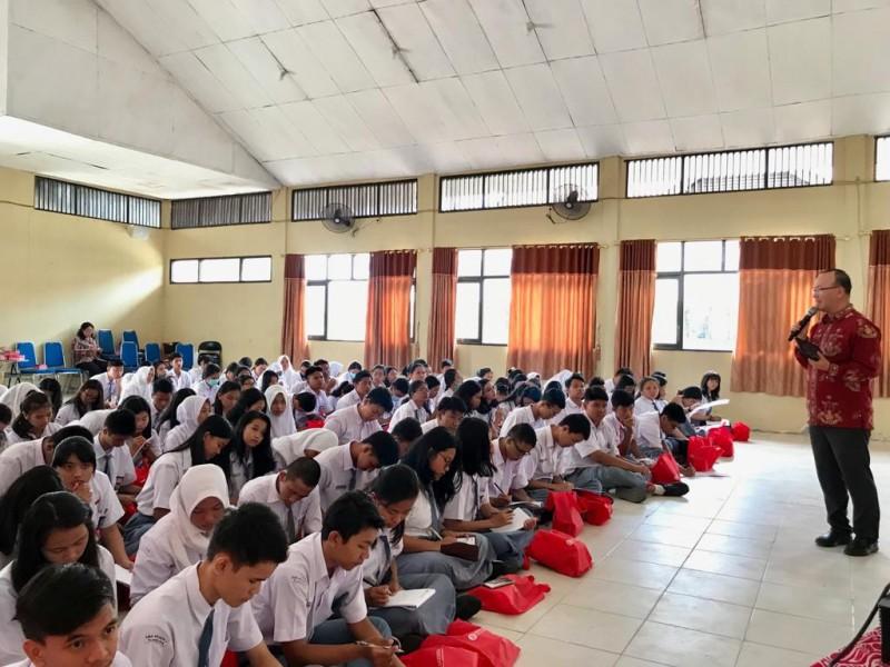 Ratusan pelajar saat serius mengikuti kegiatan BI Kalteng, Rabu (31/7).