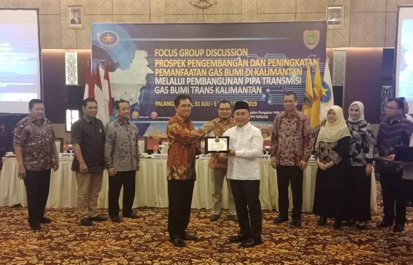 Gubernur Kalteng Sugianto Sabran saat menerima cenderamata dari pimpinan BPH Migas seusai mengikuti FDG Rabu (31/7/2019).