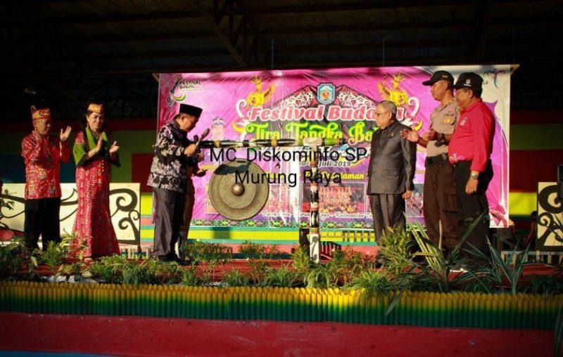 IST Diskominfo Mura- Wabup Mura Rejikinoor saat memukul gong tanda dibukanya Festival Budaya TTB, Selasa (30/7/2019).