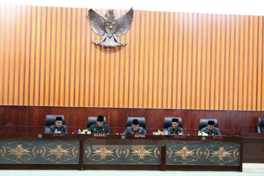 Ketua DPRD Mura Gad F Silam saat memimpin rapat paripurna di DPRD Mura Selasa (30/7/2019).