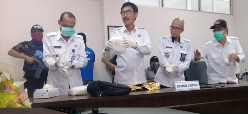 Kepala BNNP Kalteng Brigadir Jenderal (Brigjen) Pol Lilik Heri Setiadi didampinggi dua anggotanya saat menggelar press rilis, di kantor BNNP setempat, Selasa (30/7/2019) siang.