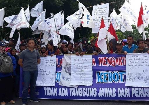 Ratusan massa saat menyuarakan aspirasinya di depan Kantor DPRD Kapuas, Selasa (2/7/2019).
