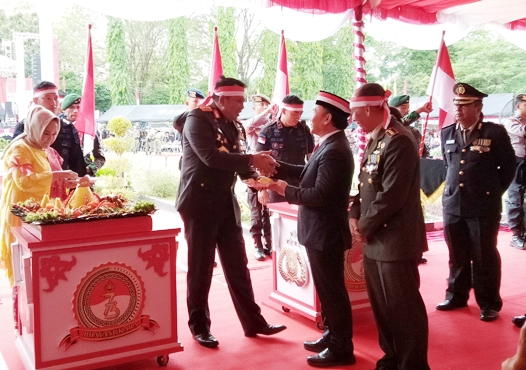 Kapolda Kalteng Irjen Pol Anang Revandoko saat memberikan potongan nasi tumpeng pertama kepada Gubernur Kalteng Sugianto Sabran, saat digelarnya acara syukuran Rabu (10/7/2019).