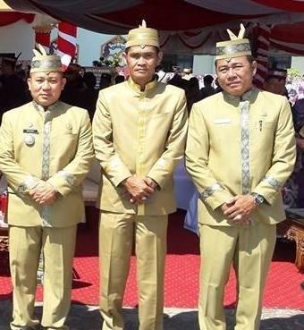Camat Murung Banjang Jalin saat poto bersama dua pejabat lainya.