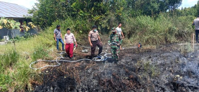 Anggota Polres Palangka Raya saat mendatangi TKP pembakaran lahan Rabu (24/7/2019).