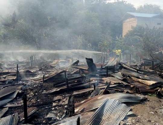 Bangunan rumah dan barak hanya menyisakan arang dan puing seusai kebakaran, Sabtu (13/7/2019).