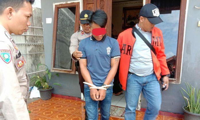 Tersangka saat diamankan anggota Polsek Murung, Rabu (10/7/2019).