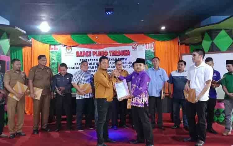 Ketu KPU Mura Sanjaya saat memperlihatkan surat penetapan seusai pleno Senin (29/7/2019) lalu.