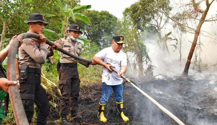 Gubernur Kalteng Sugianto Sabran saat melakukan pemadaman api di lokasi kebakaran sekitar Bandara Tjilik Riwut Jalan Adonis Samad Senin (12/8/2019).